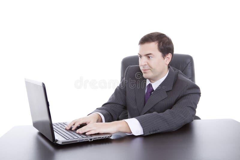 Mannen som arbetar med, är bärbara datorn royaltyfria bilder
