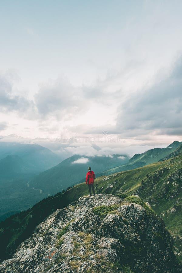 Mannen som bara fotvandrar i berg, äventyrar solo att resa royaltyfri bild