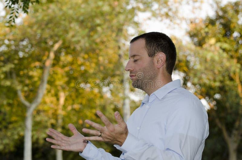 Mannen som ber med händer, öppnar royaltyfri foto