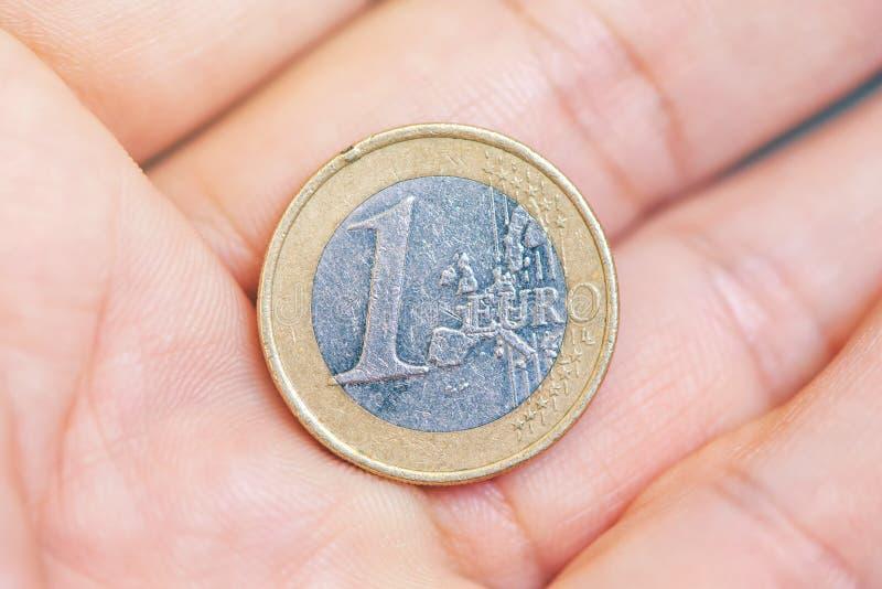Mannen som erbjuder ett euromynt gömma i handflatan förestående fotografering för bildbyråer