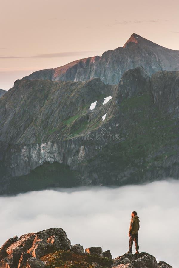 Mannen som fotvandrar i berg, reser att klättra för affärsföretag royaltyfri foto