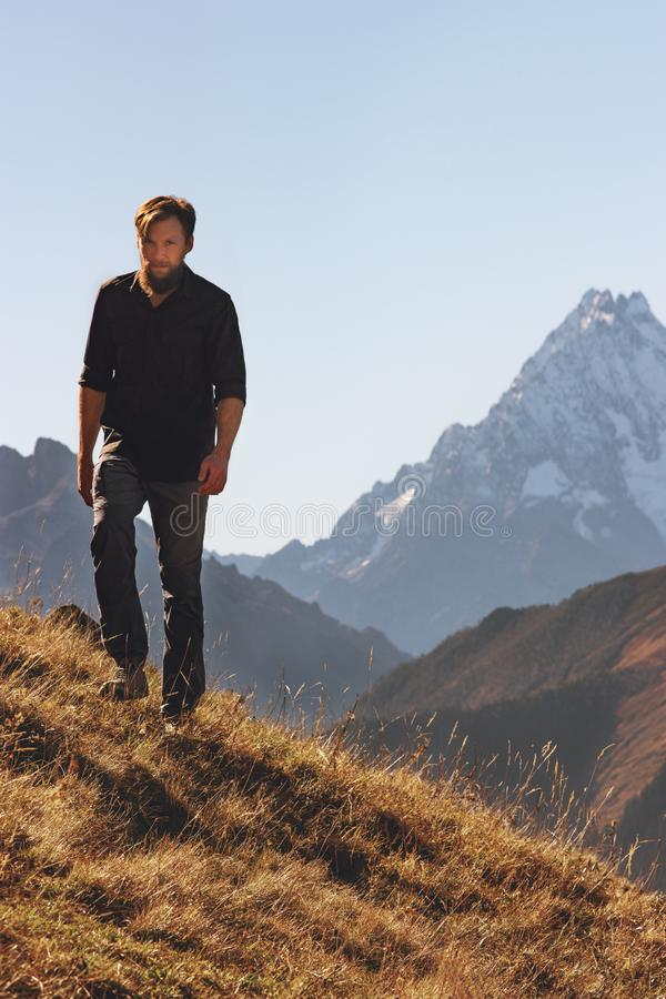 Mannen som fotvandrar solo i berg, reser aff?rsf?retag royaltyfria foton