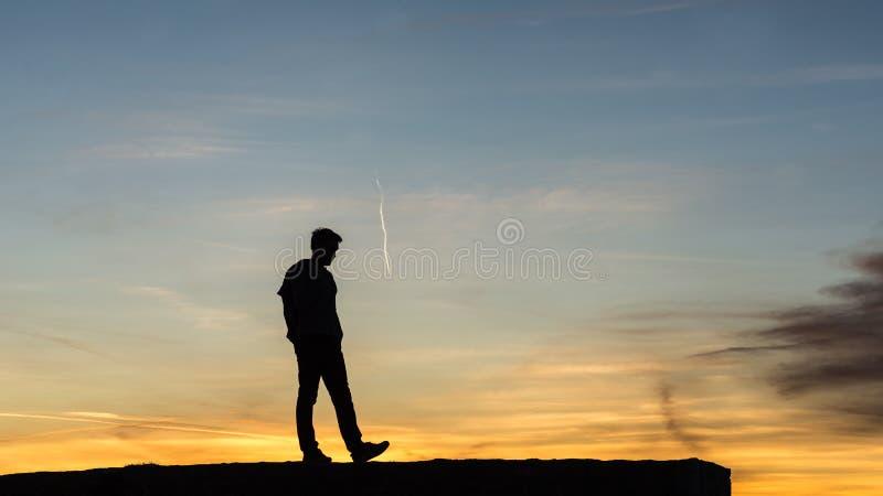Mannen som går på, vaggar väggen royaltyfri bild