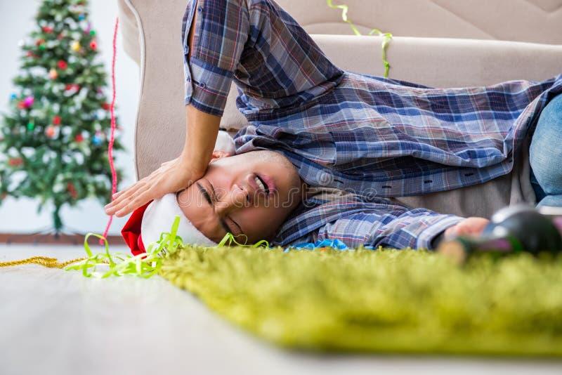 Mannen som har bakrus efter julparti arkivfoton