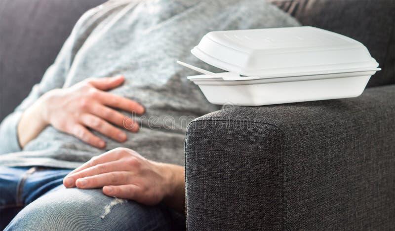 Mannen som har magen, smärtar eller matsmältningproblemet arkivfoto