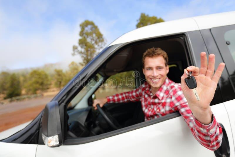 Mannen som kör bilen för visningen för den uthyrnings- bilen, stämmer lyckligt royaltyfri foto