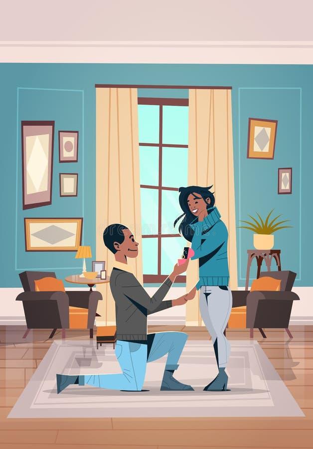 Mannen som knäfaller rymma förlovningsringen som föreslår kvinnan, att gifta sig honom lyckliga par för afrikanska amerikanen för royaltyfri illustrationer