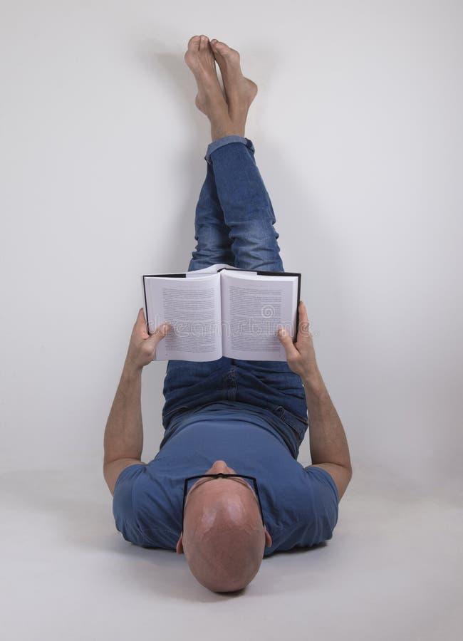 Mannen som läser en bok arkivbilder