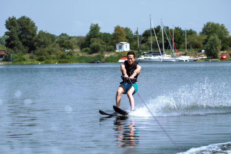 Mannen som rider vatten, skidar royaltyfri fotografi