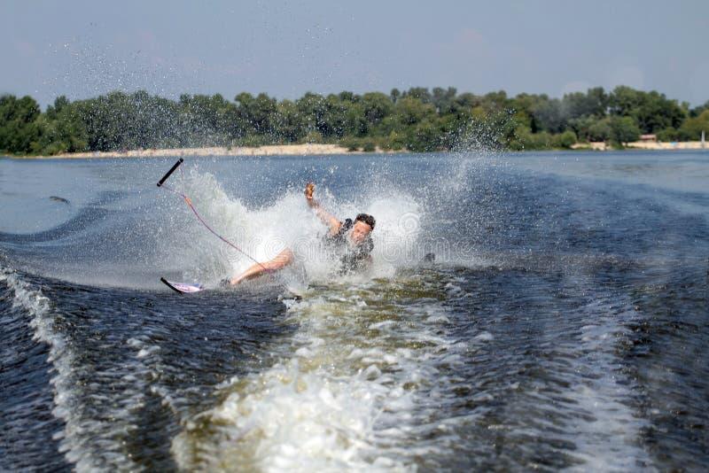 Mannen som rider vatten, skidar fotografering för bildbyråer