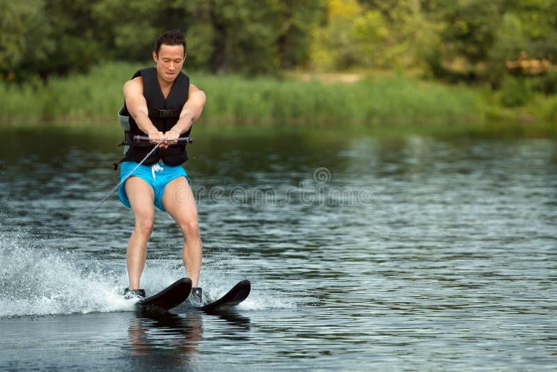 Mannen som rider vatten, skidar arkivbilder