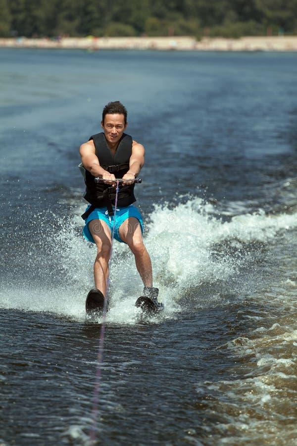 Mannen som rider vatten, skidar royaltyfria foton