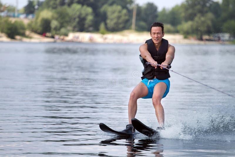 Mannen som rider vatten, skidar arkivfoto