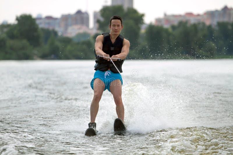 Mannen som rider vatten, skidar royaltyfri foto