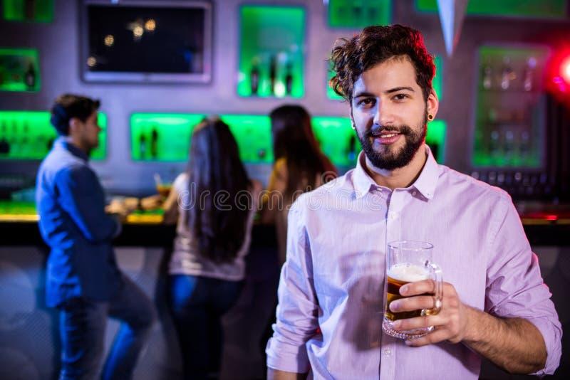 Mannen som rymmer ett öl, rånar royaltyfri bild