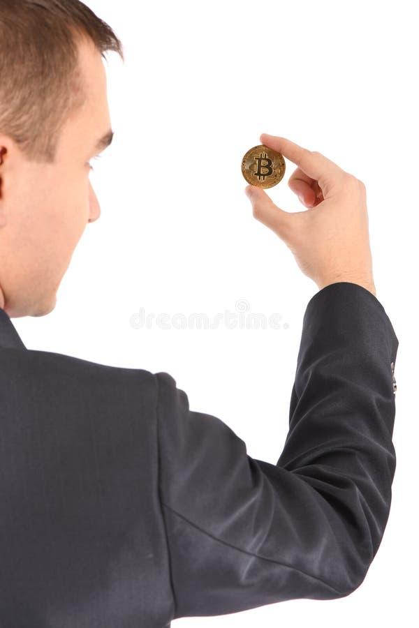 Mannen som rymmer guld- Bitcoin, isolerade p? vit arkivfoton