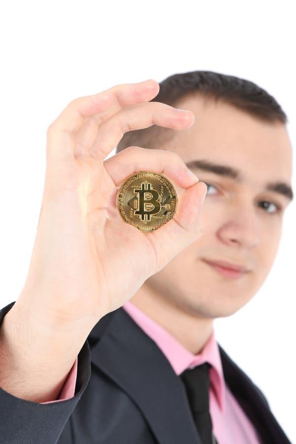 Mannen som rymmer guld- Bitcoin, isolerade p? vit royaltyfri fotografi