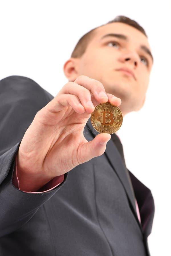 Mannen som rymmer guld- Bitcoin, isolerade p? vit fotografering för bildbyråer