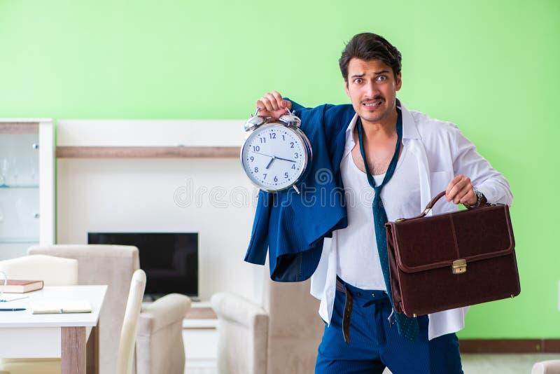 Mannen som sent klär upp och för arbete royaltyfri fotografi