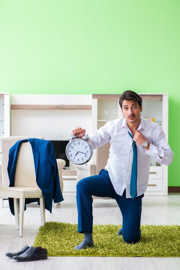 Mannen som sent klär upp och för arbete arkivfoto