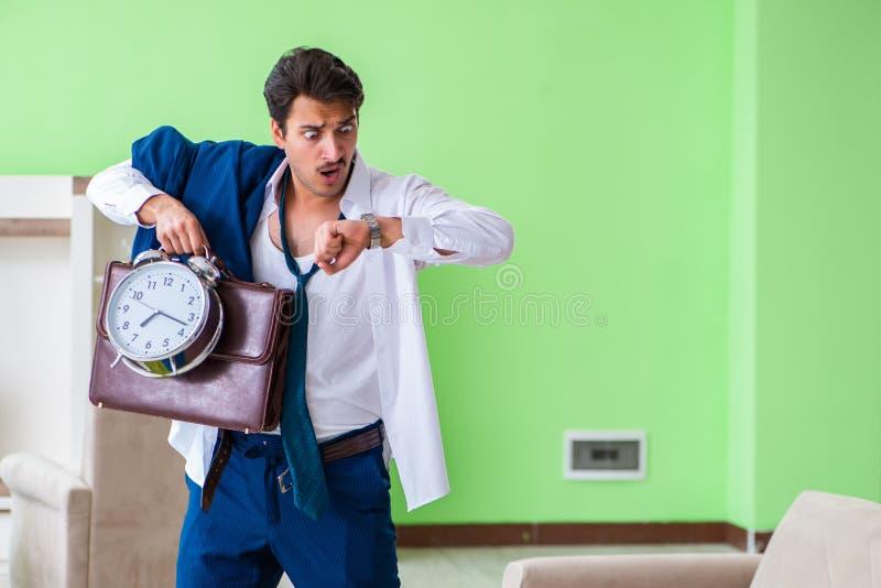 Mannen som sent klär upp och för arbete arkivbilder