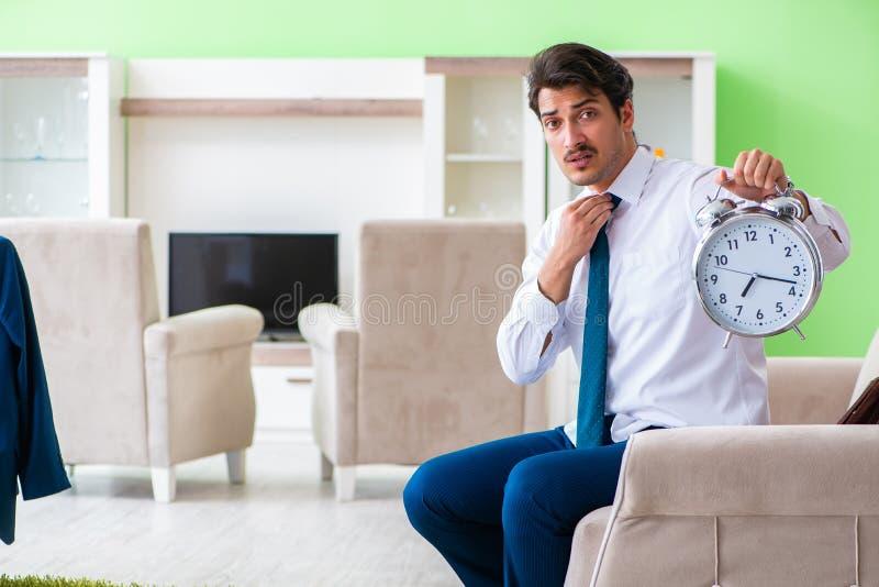 Mannen som sent klär upp och för arbete arkivfoton