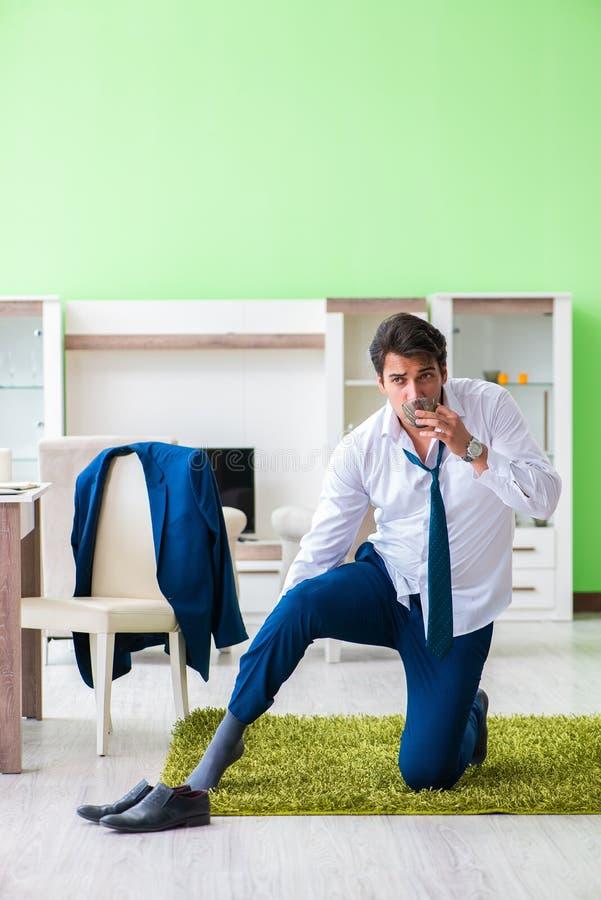 Mannen som sent klär upp och för arbete royaltyfri foto