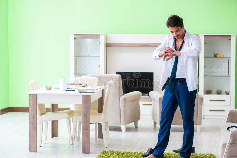 Mannen som sent klär upp och för arbete royaltyfria bilder