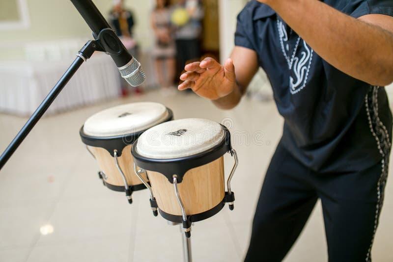 Mannen som spelar medborgaren, trummar vid hans händer royaltyfri foto