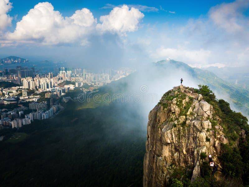 Mannen som tycker om Hong Kong stadssikt från lejonet, vaggar antennen royaltyfri fotografi