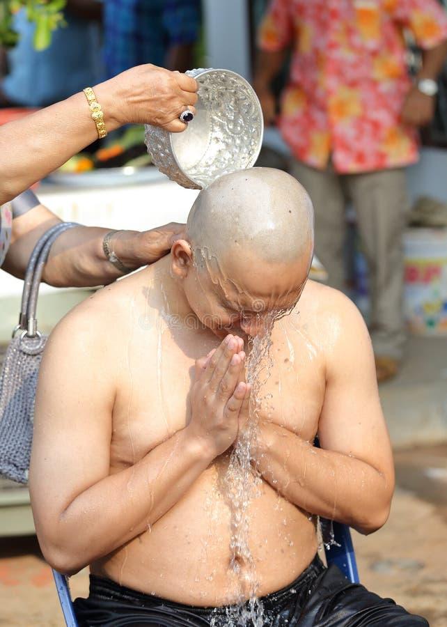 Mannen, som var munken som rakar hår för, förordnas royaltyfri bild