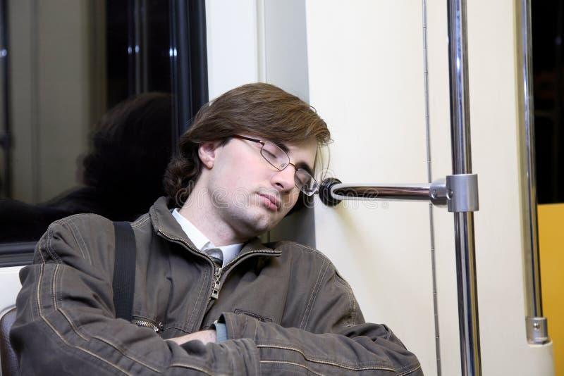 mannen sovar tunnelbanan arkivbilder