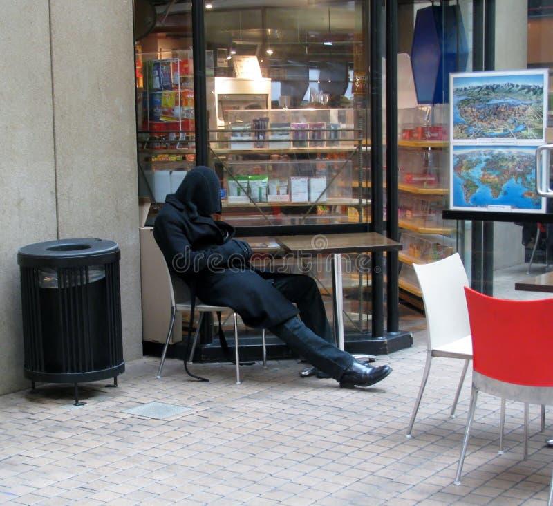 Mannen sover på en stol arkivfoton
