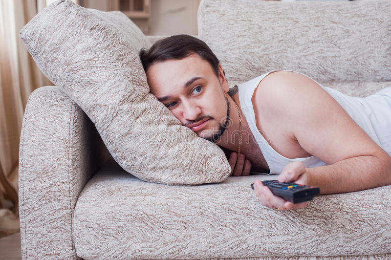 Mannen sover på soffan royaltyfri fotografi