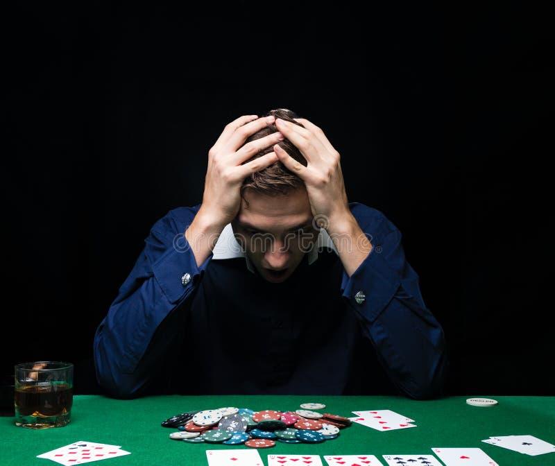 Mannen spelar poker Emotionell kuggning i leken, lek över för kort fotografering för bildbyråer