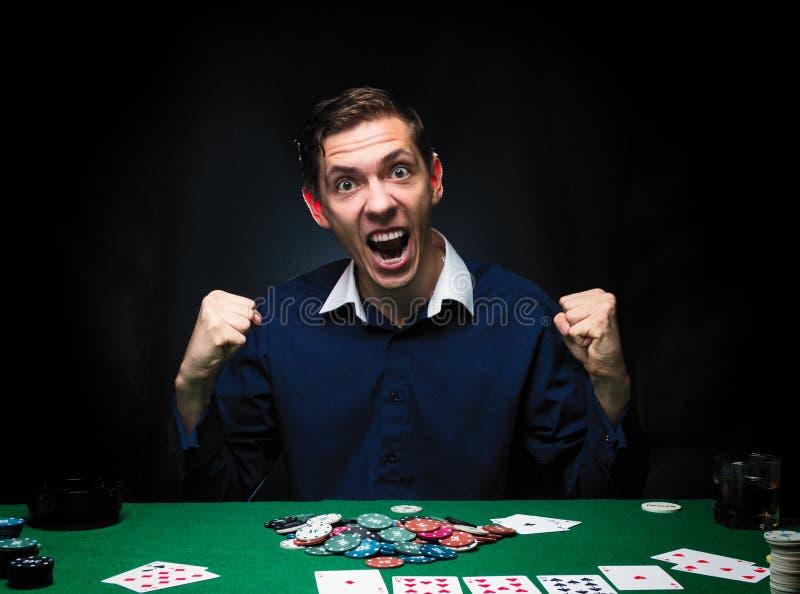 Mannen spelar poker Emotionell seger för kortspelare i leken, man ve royaltyfria foton