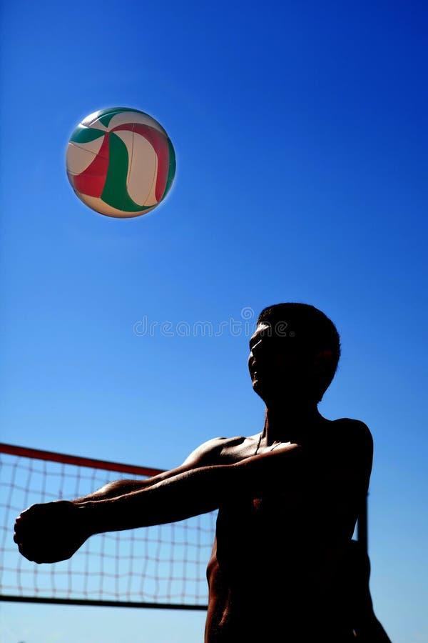 Mannen spelar volleyboll arkivbilder
