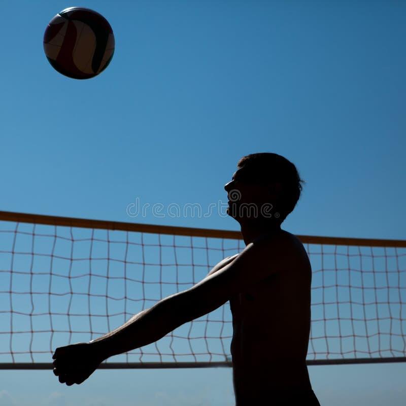 Mannen spelar volleyboll royaltyfri fotografi