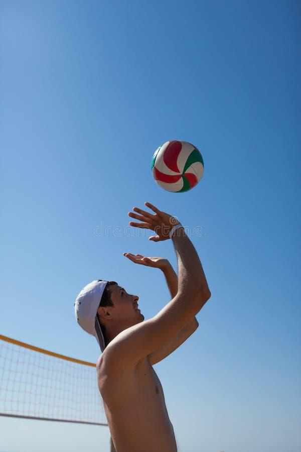 Mannen spelar volleyboll arkivbild