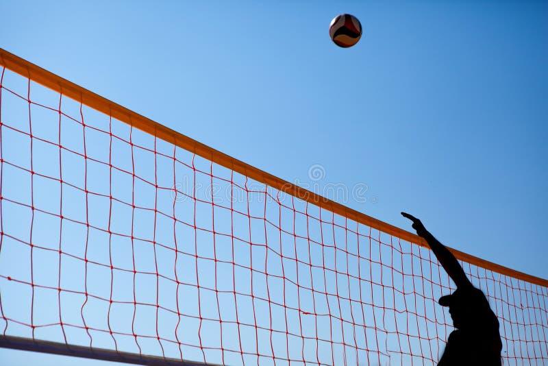 Mannen spelar volleyboll arkivfoton