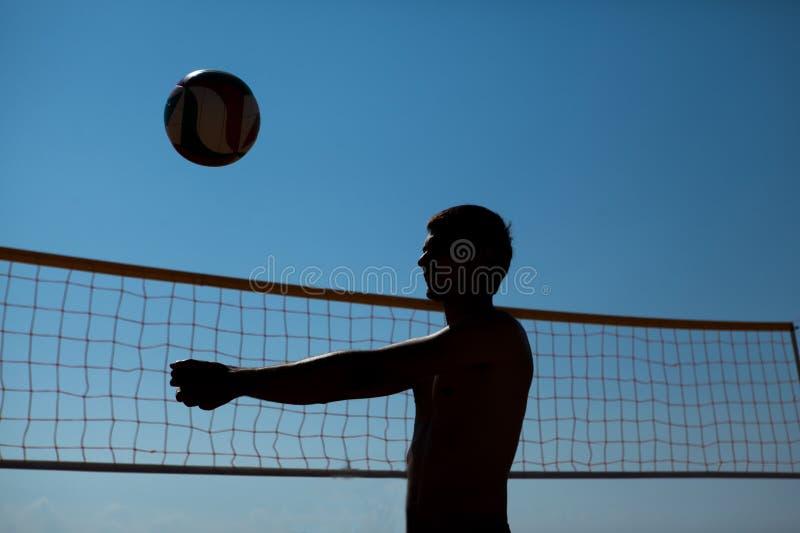 Mannen spelar volleyboll royaltyfri bild
