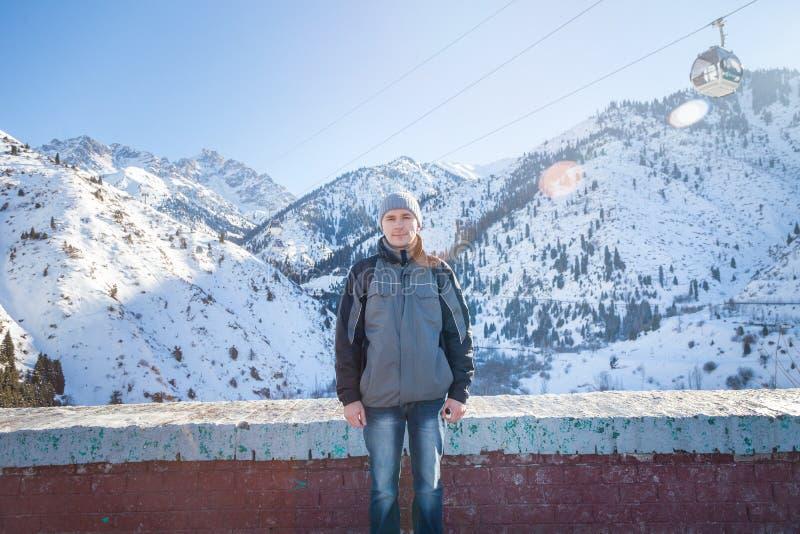 Mannen står på gyttjaplatinaen royaltyfria foton
