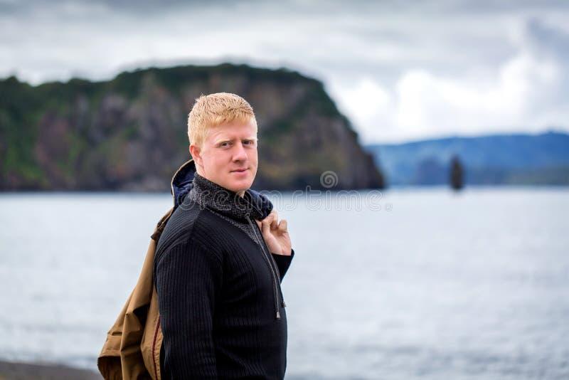 Mannen står på kusten av den Avacha fjärden på Kamchatka arkivfoton