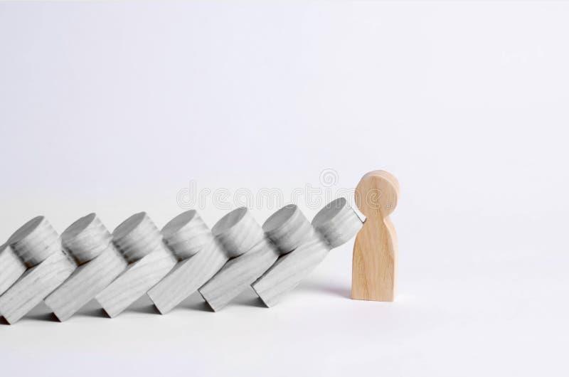 Mannen stoppar fallande domino Domino av folk faller på en stark person Begreppet av en djärv, stark och avgörande person Stron arkivbild