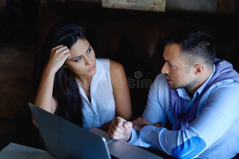 Mannen talar, och hans kollega lyssnar royaltyfria bilder