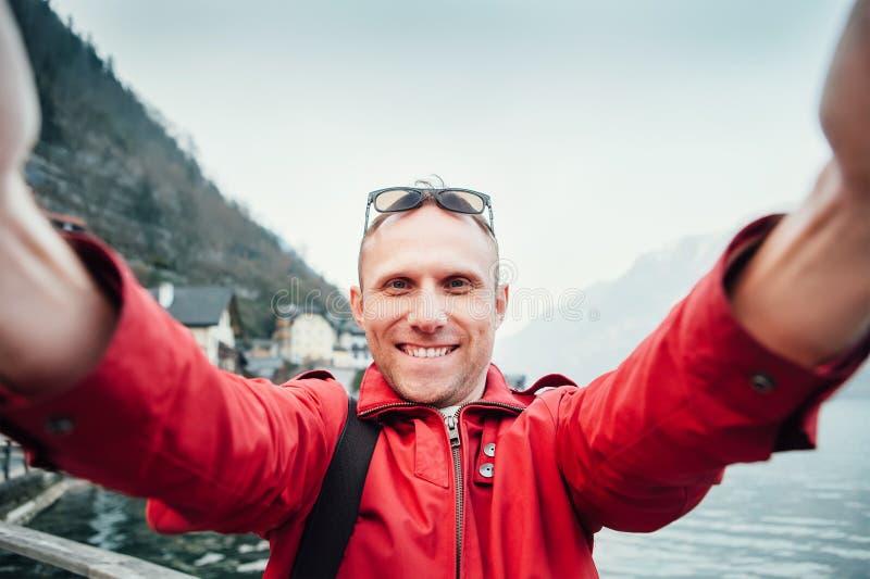 Mannen tar hans resaselfiefoto med den breda vinkelkameran royaltyfri fotografi