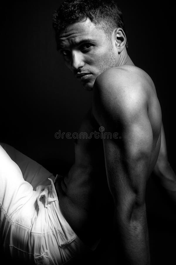 mannen tränga sig in ett sexigt shirtless arkivfoton