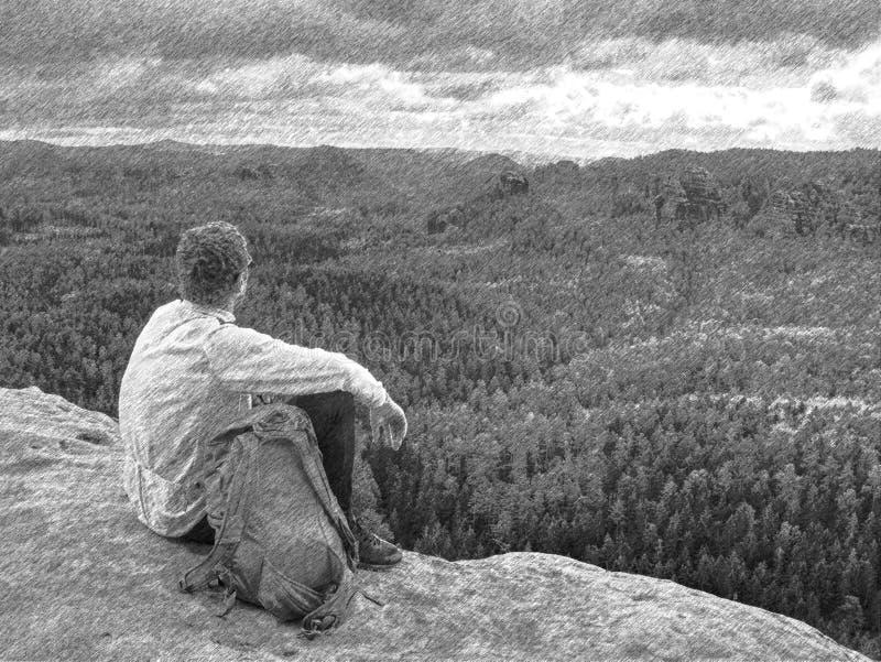Mannen tycker om sikten på berget Turisten tar ett avbrott och sitter royaltyfri fotografi