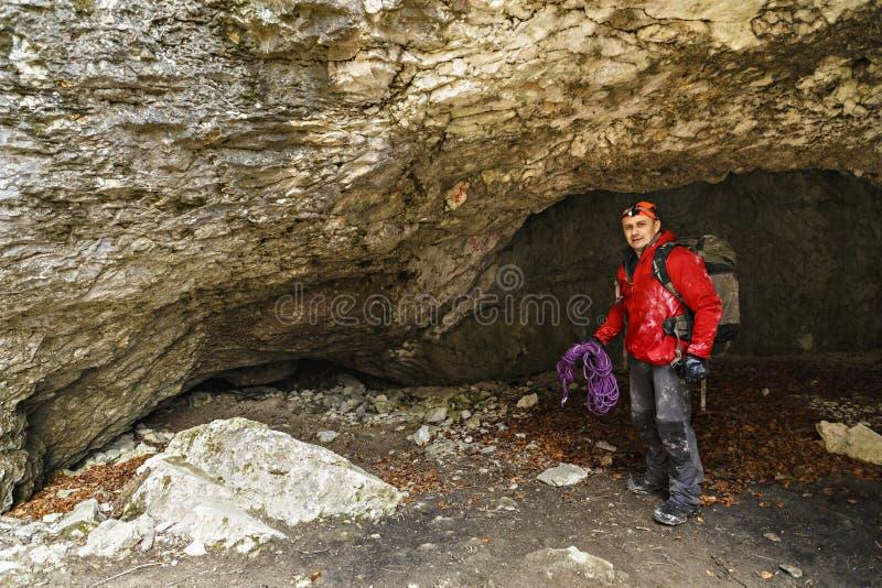 Mannen undersöker en grotta arkivfoton