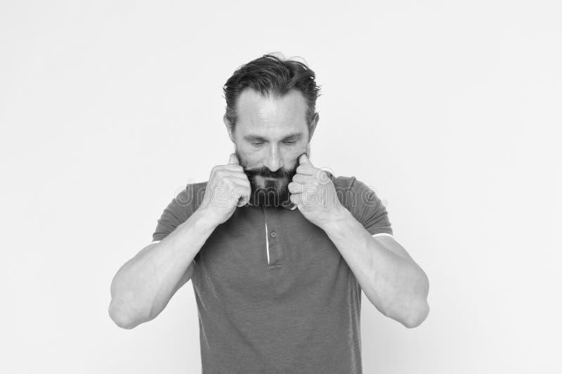 Mannen upps?kte vrida gul bakgrund f?r mustaschen Ultimat mustasch som ansar handboken Stiligt moget fundersamt f?r Hipster fotografering för bildbyråer